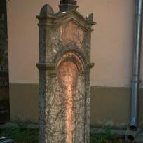 Síremlék a templom kertben